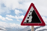 НаКрасноярской магистрали устроили взрывы для спуска лавин