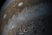 Светлые и темные облачные полосы Юпитера: фото